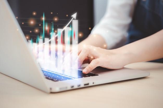 アジアの若いビジネスウーマンのレビュー-ラップトップコンピューターの財務データの分析をクローズアップ。デジタルトランスフォーメーションとビッグデータの概念。