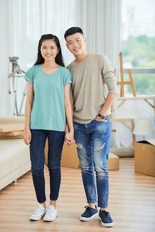 Азиатская молодая пара дома