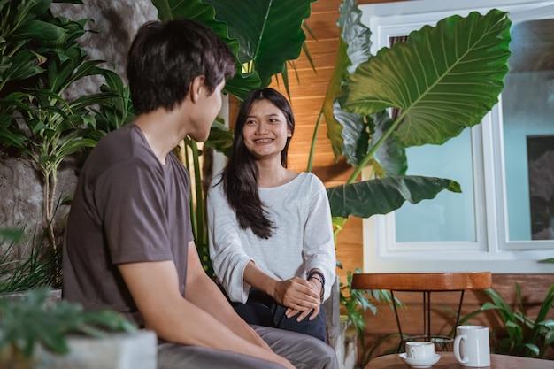 公園で最初のデートをしているアジアの若いカップル