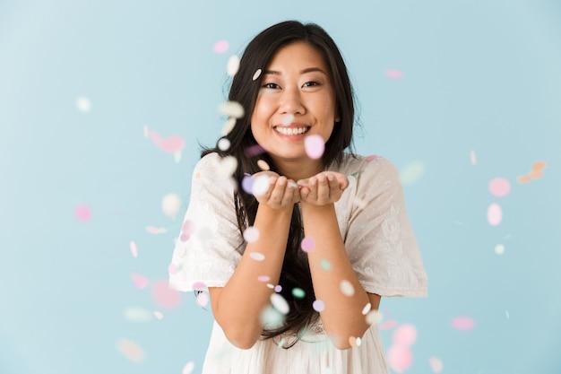 색종이 위에 파란색 벽 위에 절연 아시아 젊은 감정적 인 여자