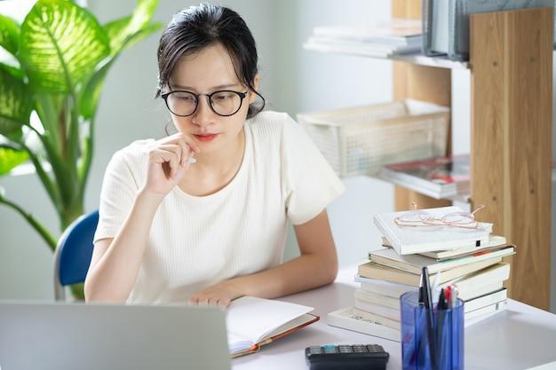 숙제를 하는 아시아 어린 소녀