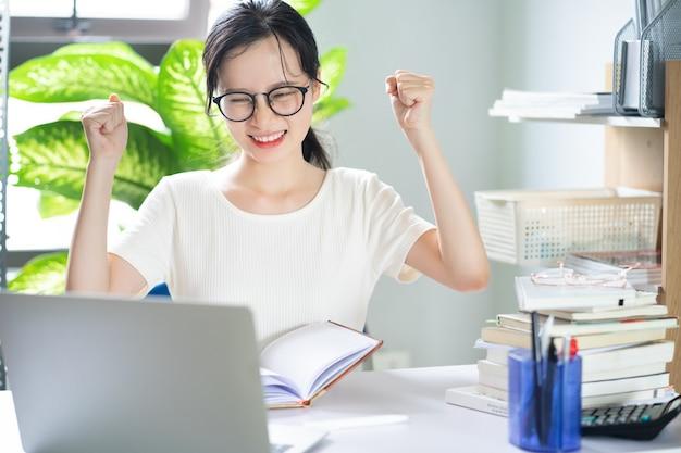 宿題をしているアジアの若い女の子