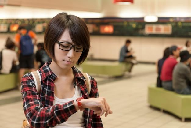 アジアの若い女の子は、台湾の台北のショッピングモールで誰かを待っています。