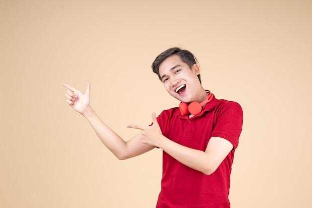 Азиатский молодой красивый и веселый студент-мужчина с жестом руки