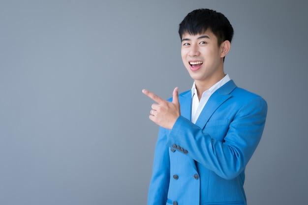 スーツを着たアジアの若いハンサムな男