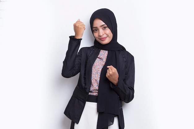 아시아 젊은 이슬람 비즈니스 여성은 큰 성공을 표현하는 승리를 축하하며 행복하고 흥분합니다.