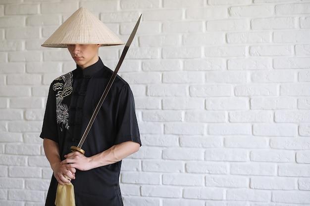 흰색 벽돌 벽 배경에 아시아 젊은 초보자