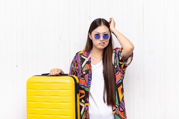 アジアの若い女性は、欲求不満とイライラ、失敗にうんざりし、退屈で退屈な仕事にうんざりしていると感じています。