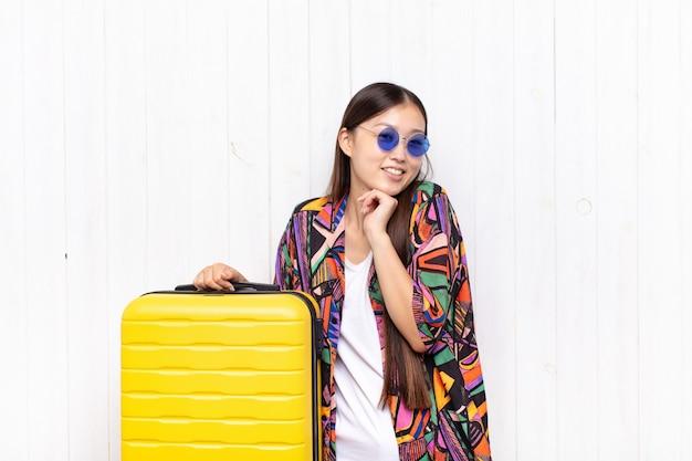 Азиатская молодая женщина чувствует себя в любви и выглядит мило