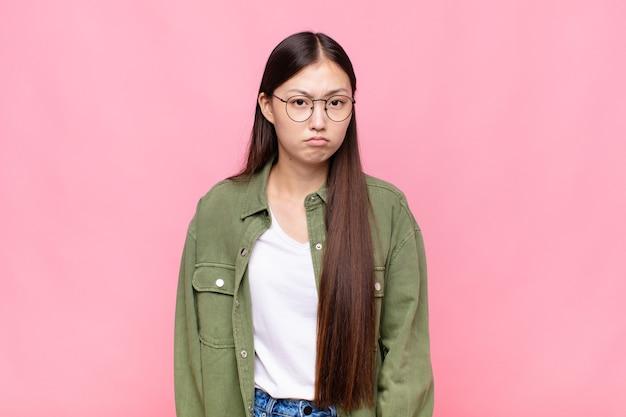 불행한 표정으로 슬프고 우는 느낌이 드는 아시아 젊은 여성, 부정적이고 좌절 된 태도로 우는