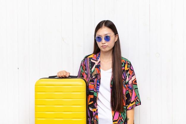 Азиатская молодая женщина чувствует себя грустной, расстроенной или сердитой изолированной