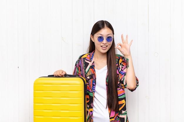 成功と満足を感じているアジアの若い女性