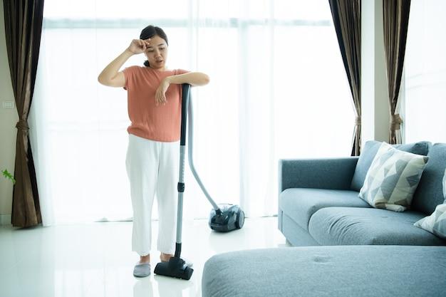 아시아의 젊은 여성은 한동안 집안일을 하고 나서 요통을 느끼고, 가사도우미는 열심히 일해서 육체적인 문제가 있습니다. 여성 주부는 심각한 건강 문제로 인해 허리를 다쳤습니다.