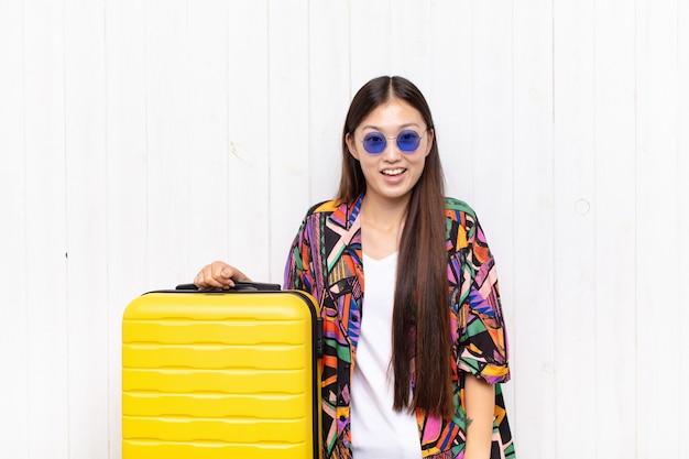 幸せで嬉しい驚きに見えるアジアの若い女性は、魅了され、ショックを受けた表情で興奮しています。休日の概念