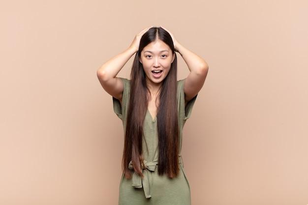 幸せ、のんき、フレンドリーでリラックスした孤立したアジアの若い女性