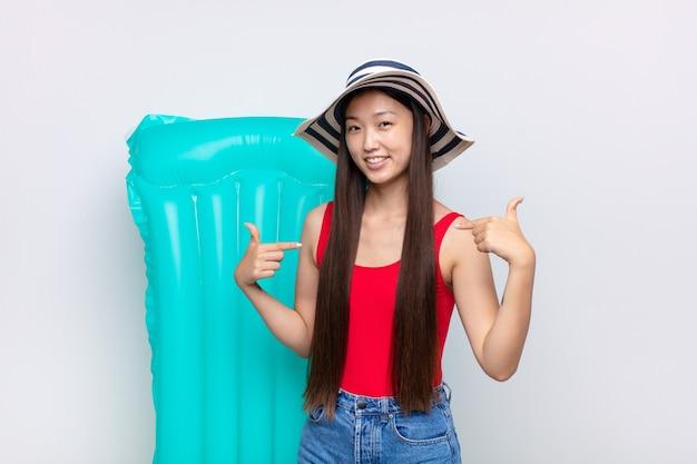 Азиатская молодая женщина выглядит гордой, высокомерной, счастливой
