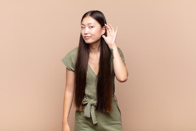 真面目で好奇心旺盛なアジアの若い女性