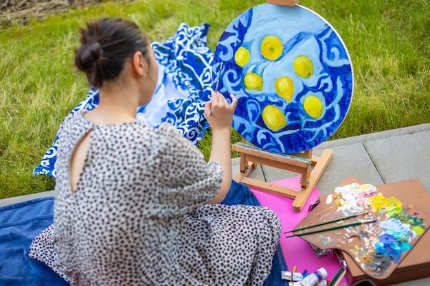 ホームテラスで絵を描くアジアの若い女性
