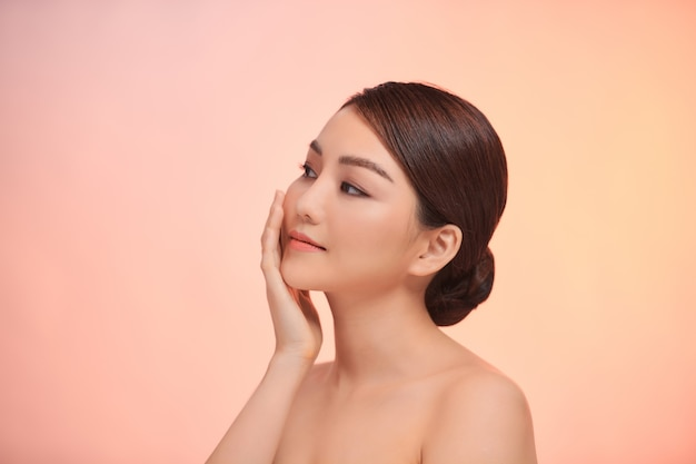 アジアの若い女性の肖像画。スキンケア、美容トリートメント、スパのコンセプト。