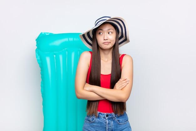 아시아 젊은 여성이 어깨를 으쓱하고, 혼란스럽고 불확실한 고립 느낌