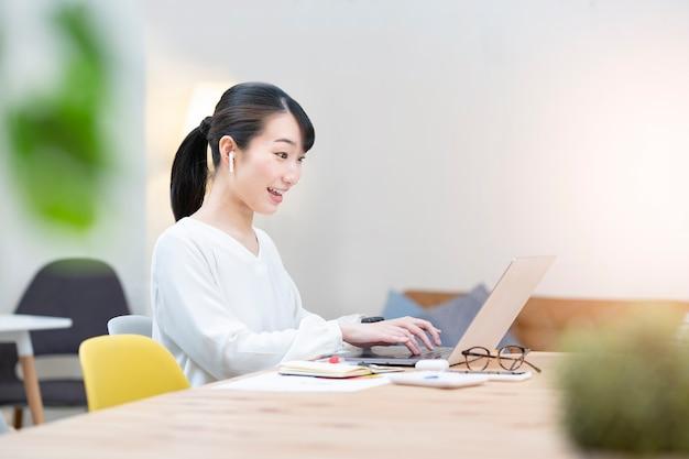 Азиатская молодая женщина разговаривает с экраном компьютера