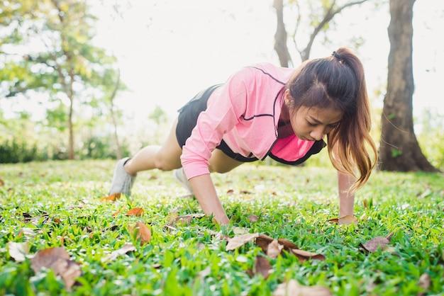 アジアの若い女性が彼女の体を暖めて彼女の強さを増強する