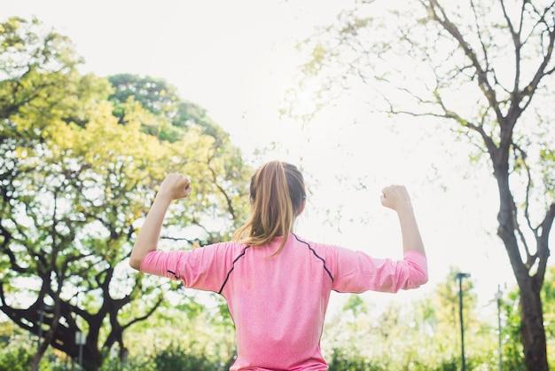 アジアの若い女性は、朝の運動やヨガの前に体の中で体を暖める
