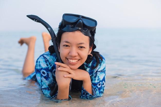 Азиатская молодая женщина в маске для дайвинга