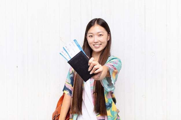 パスポートを持つアジアの若い女性