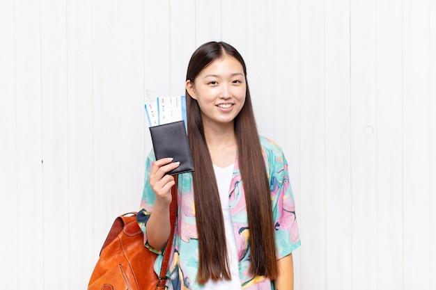 パスポートを持つアジアの若い女性。