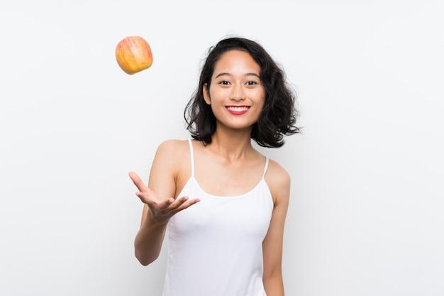 Азиатская молодая женщина с яблоком