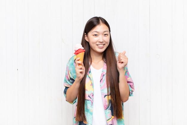 Азиатская молодая женщина с концепцией лета мороженого