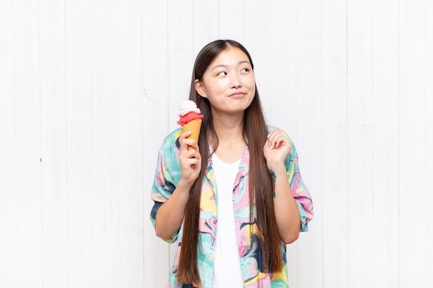 アイスクリームとアジアの若い女性。夏のコンセプト