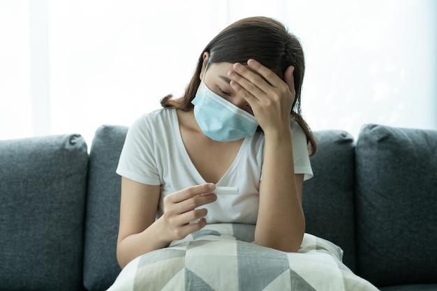 Азиатская молодая женщина с гигиенической защитной маской для лица использует набор для экспресс-теста на антиген коронавируса sars 2019-ncov covid-19 - набор для тестирования ag дома. экспресс-тест на антиген covid-19.
