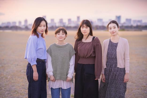 Молодые азиатские женщины собираются сделать памятное фото