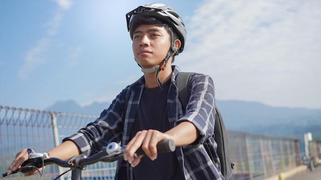 自転車に乗って働くアジアの若者