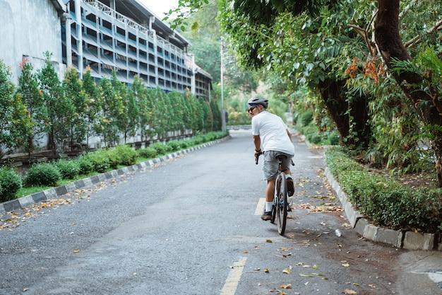 도로에서 자전거를 타면 아시아 젊은이들이 되돌아 봅니다.