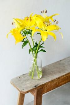 壁のそばの花瓶にアジアのユリ