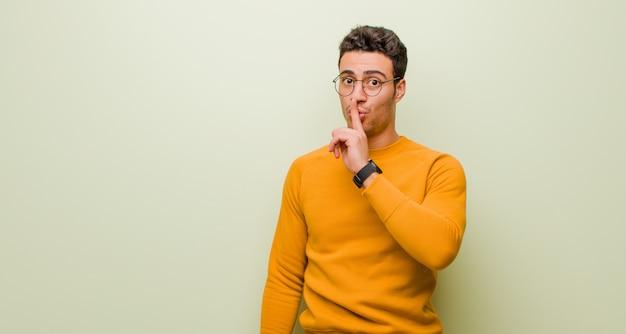 沈黙と静かさを求め、口の前で指で身振りで示す、shhと言う、または秘密を守る