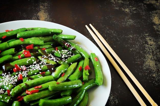 中国風のプレートにアスパラ豆