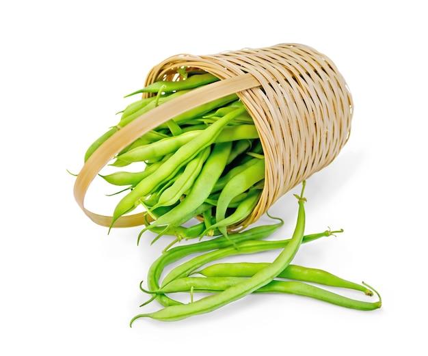 흰색 배경에 고립 된 바구니에 아스파라거스 녹색 콩