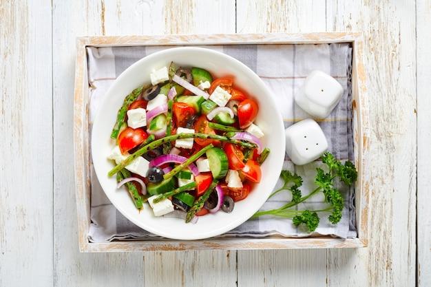トマト、きゅうり、オリーブのアスパラガスサラダ