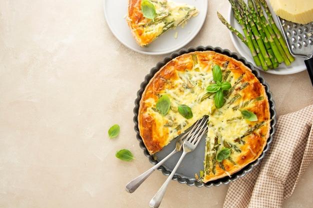 アスパラガスのタルト、ビーガンキッシュの自家製ペストリー、健康食品。
