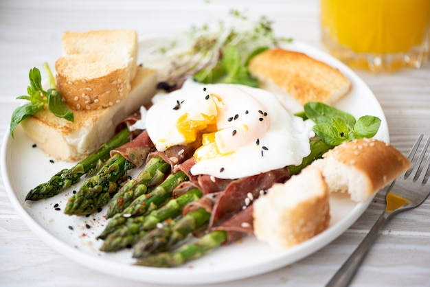 Asparagus with poached egg, bacon and croutons