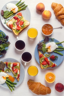 Спаржа с яйцами пашот и тосты с фруктами