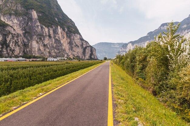 노란색 선이있는 이탈리아 알프스의 아스팔트 사이클 경로