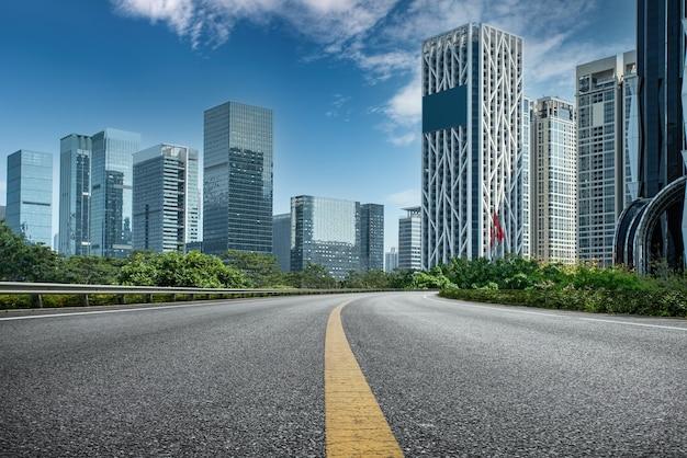 Асфальтированная трасса и городские постройки