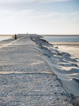 風の強い日、海へのアスファルトの道