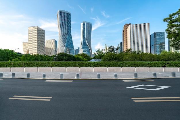 アスファルト舗装のスカイラインと杭州の建築景観