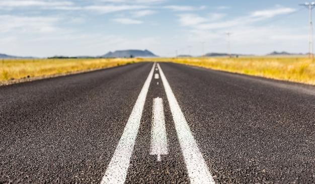 Strada asfaltata attraverso la campagna